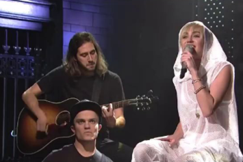 """Miley Cyrus Performs """"We Can't Stop"""" Live On SNL"""
