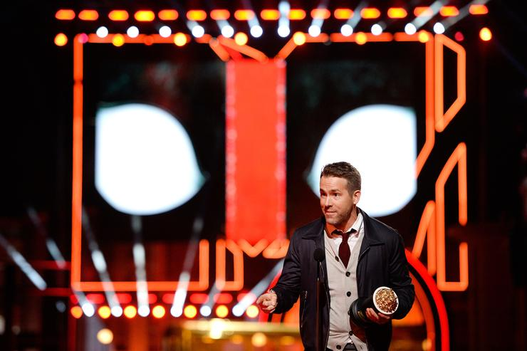 Ryan Reynolds accepts Best Comedic Performance for 'Deadpool'
