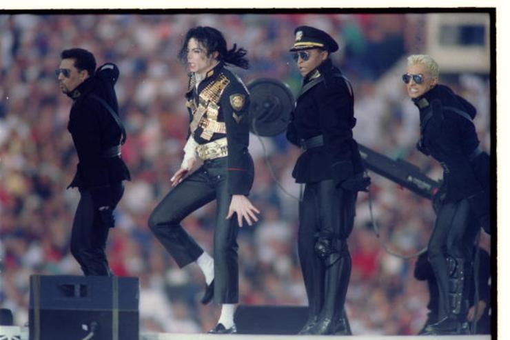 MICHAEL JACKSON DANCING DURING HIS HALF-TIME EXTRAVAGANZA.