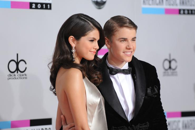 Selena Gomez (L) and Justin Bieber arrive at the 2011 American Music Awards held at Nokia Theatre L.A. LIVE on November 20, 2011 in Los Angeles, California