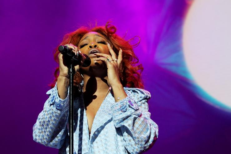 SZA Gets Clowned For Heavy Wig & Singing Accent: