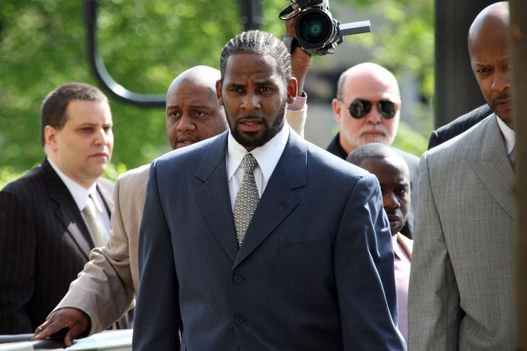 R&B singer R. Kelly (L) arrives at the Cook County courthouse where jury selection is scheduled to begin for his child pronography trial May 9, 2008 in Chicago, Illinois. Kelly has been accused of videotaping himself having sex with a girl believed to be as young as 13 years old. Kelly faces up to 15 years in prison if convicted.