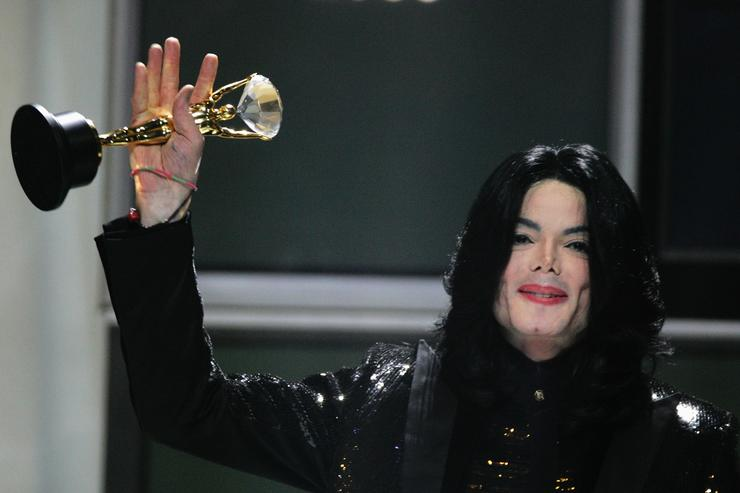 Michael Jackson receives the Diamond Award during the 2006 World Music Awards at Earls Court on November 15, 2006 in London