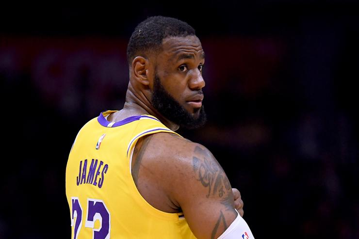 Photo of LeBron James alone on Lakers bench is misleading