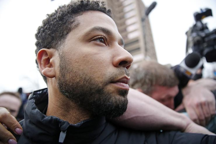 Jussie Smollett leaves Cook County jail after posting bond