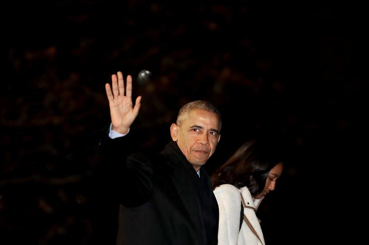 Barack Obama leaving white house for Hawaii.