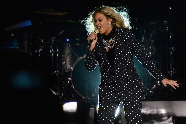 Beyoncé performing at Jay z's Get out and vote concert.