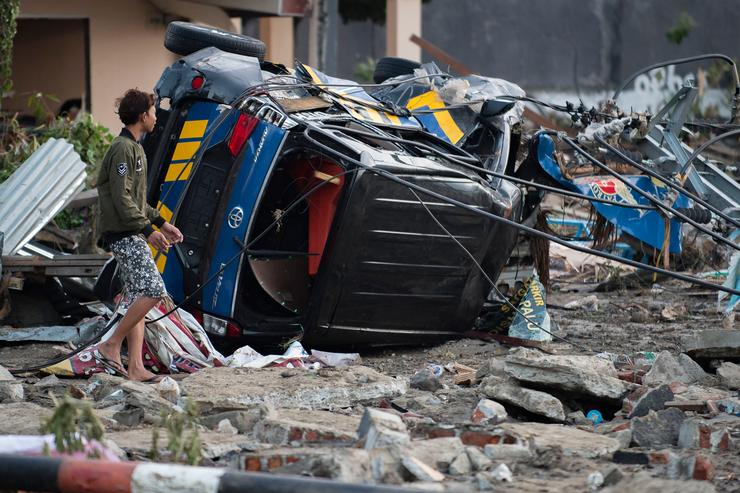 Almost  400 dead as quake-triggered tsunami leaves a sea of debris